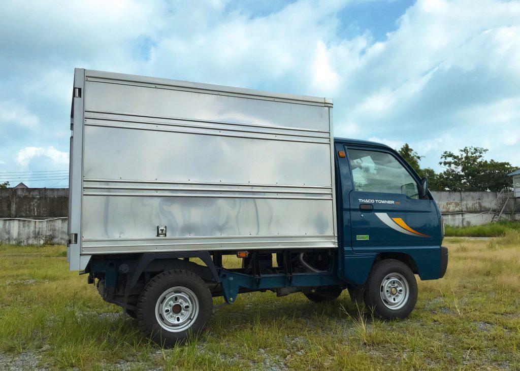 bên-hông-lơ-xe-tải-thaco-towner-800-thùng-kín
