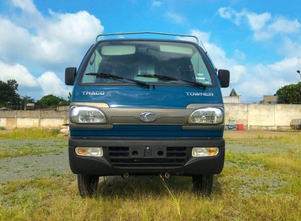 mặt-trước-cabin-xe-tải-thaco-towner-800-thùng-bạt-xanh-dương