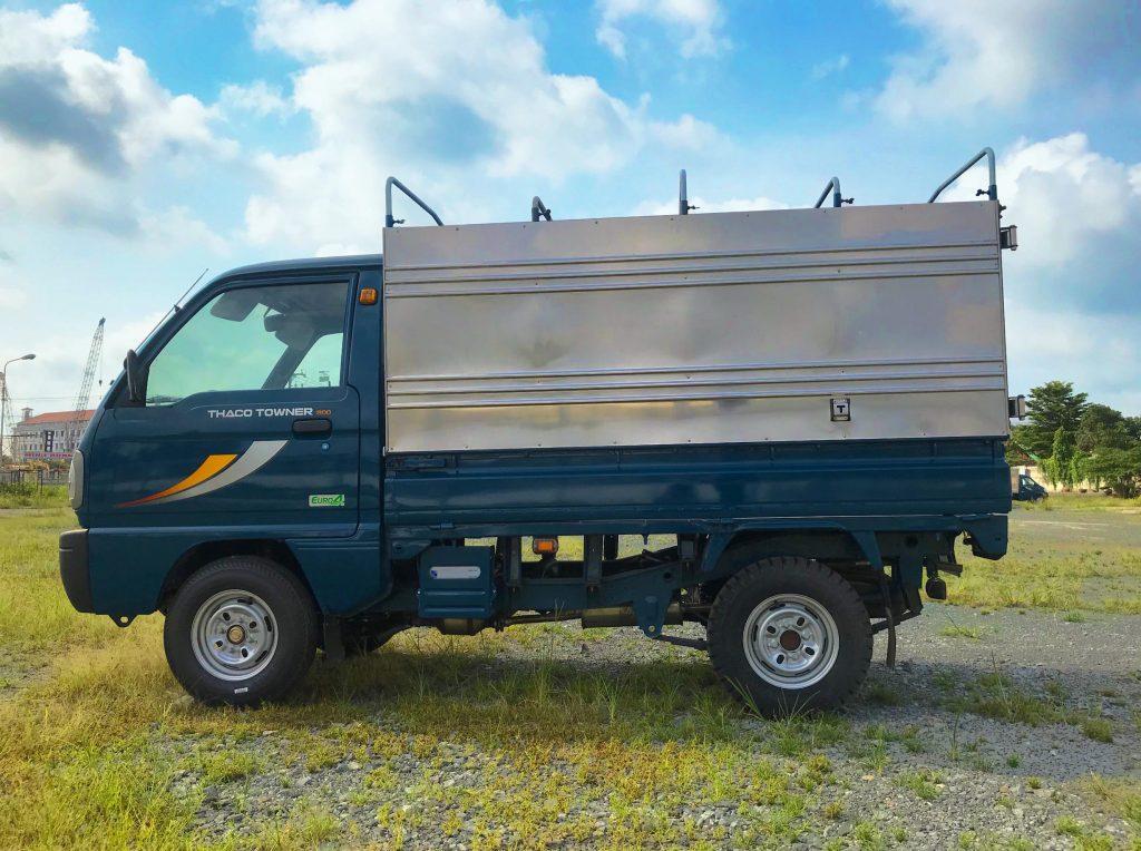 bên-hông-tài-xe-tải-thaco-towner-800-thùng-bạt-xanh-dương