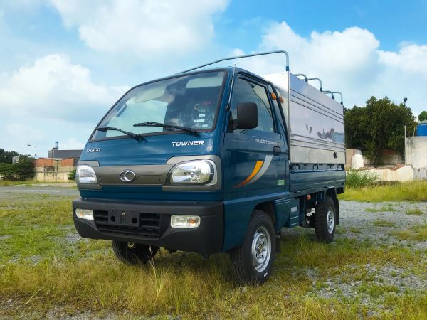 phía-trước-bên-tài-xe-tải-thaco-towner-800-thùng-bạt-xanh-dương
