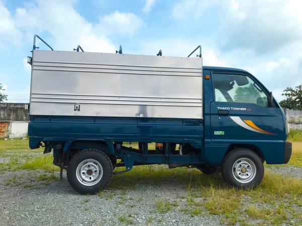 bên-hông-ngang-xe-tải-thaco-towner-800-thùng-bạt-xanh-dương