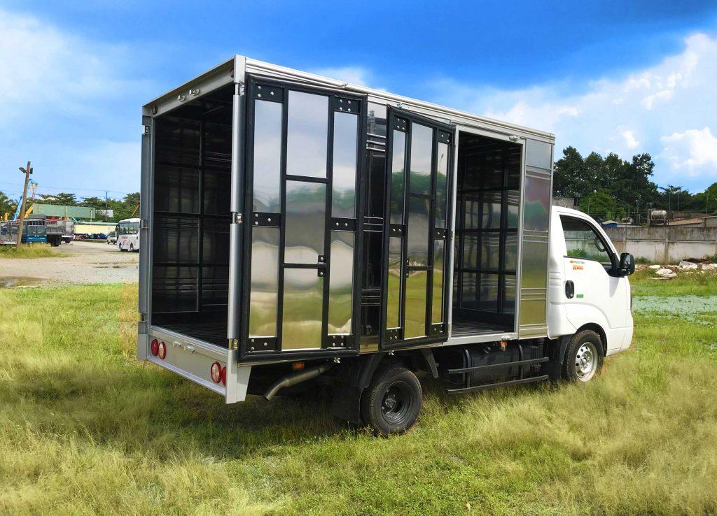 đằng-sau-thùng-bên-lơ-xe-tải-kia-k200-thùng-kín