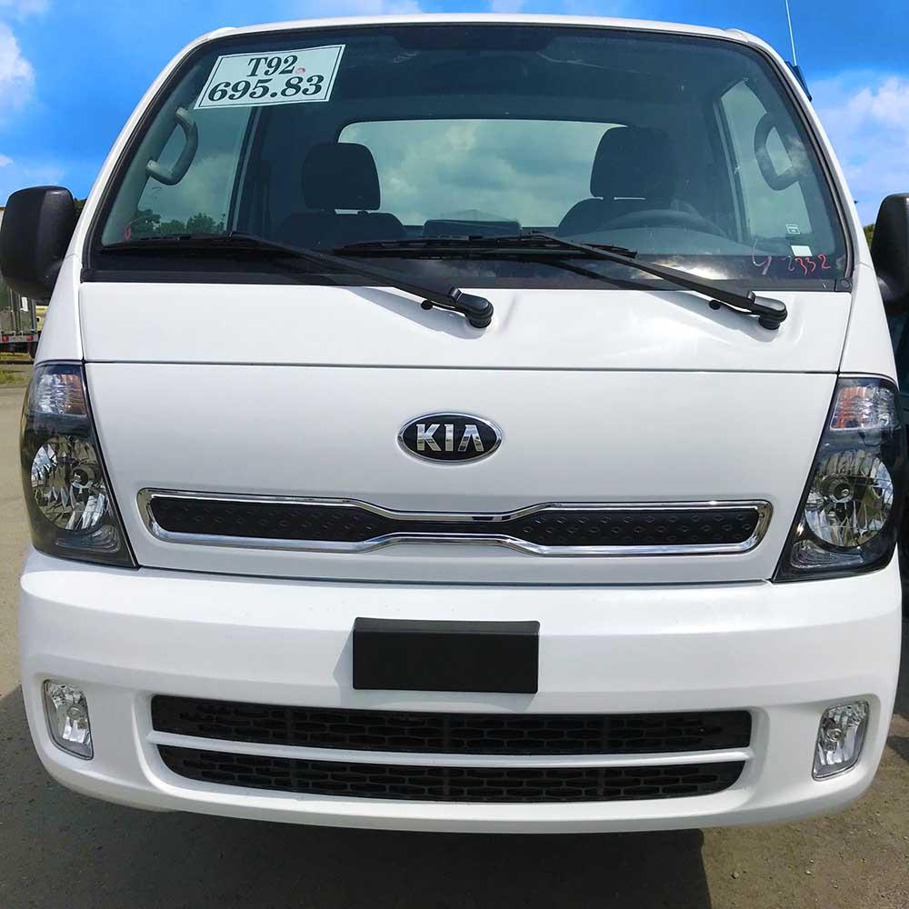 Mặt trước cabin xe tải nhẹ Thaco Kia K250 có logo và mặt calăng nhận diện thương hiệu