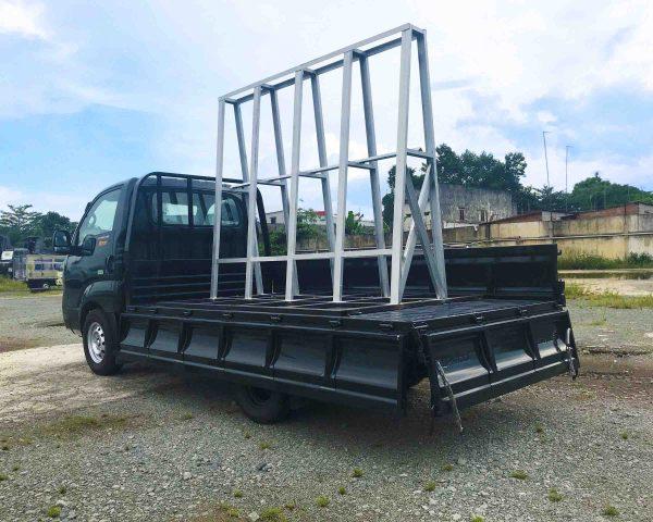 đằng-sau-thùng-xe-tải-kia-k200-chở-kiếng-đá-hoa-cương