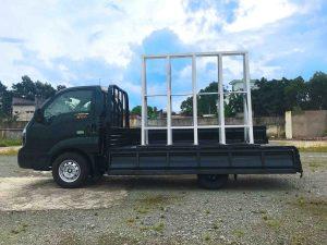 bên-hông-xe-tải-kia-k200-chở-kiếng-đá-hoa-cương