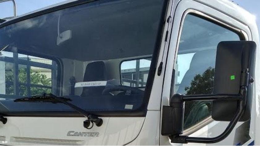 Kính hông xe tải Mitsubishi Fuso Canter có kích thước lớn