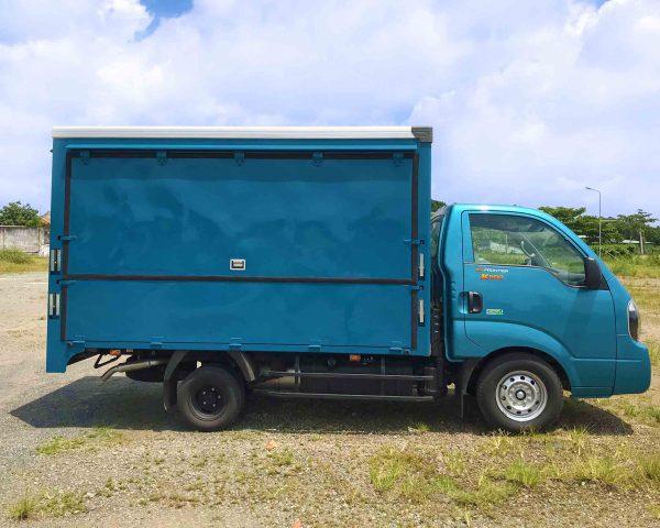 mặt-hông-ngang-xe-tải-kia-k200-thùng-kín-cánh-dơi