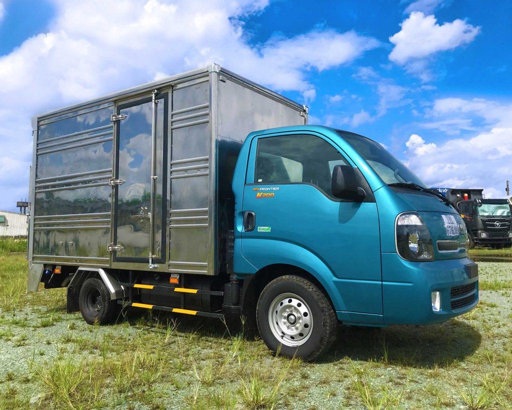 Xe-tải-kia-k200-thùng-kín-bửng-nâng